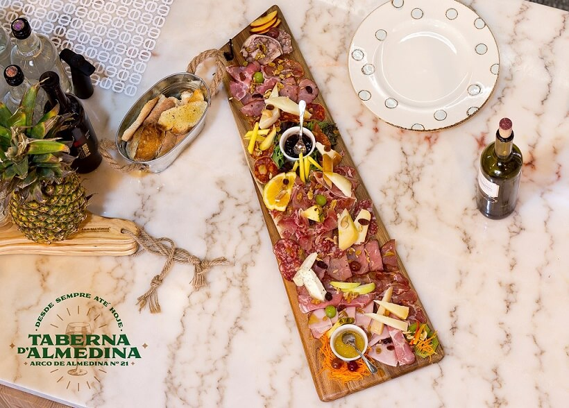 Taberna D'Almedina - one place of national flavors.