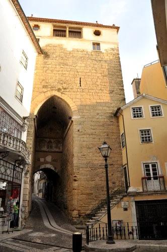 Arco de Almedina se encuentra a solamente 5 minutos andando del Hotel Oslo y le llevara a la parte vieja murada de Coimbra.