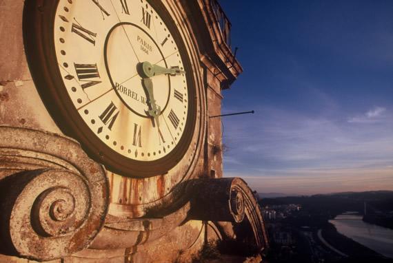 Vista del reloj de la Universidad de Coimbra. Una de las referencias monumentales de Coimbra que podrá ver del Hotel Oslo Coimbra.