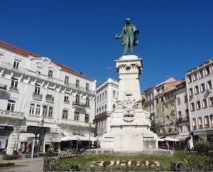Terrazas con sol certa del hotel en el Largo da Portagem en Coimbra