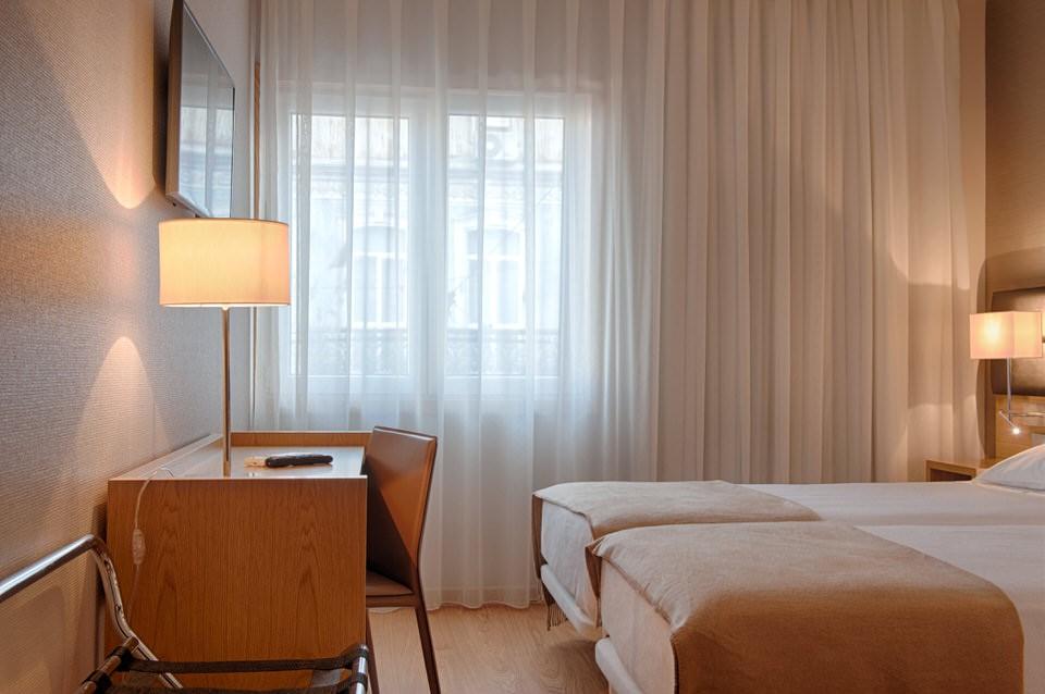 Habitación con suelo en madera en Hotel Oslo Coimbra