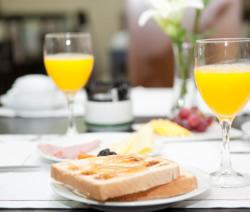 Pequeno-almoço de hotel com produtos locais